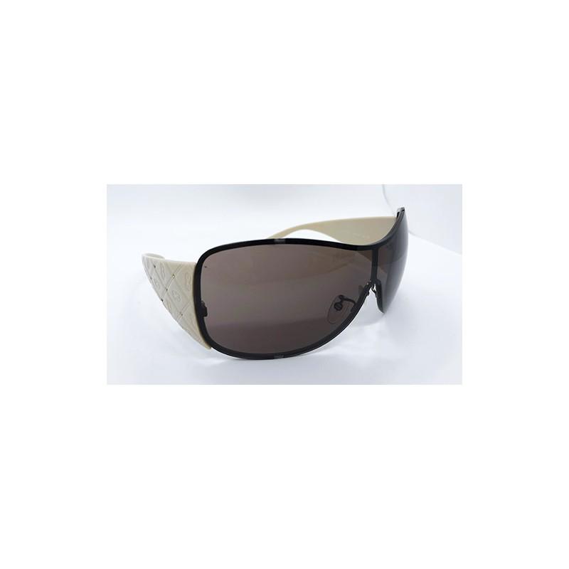 f1074e06c9 Gafas de sol marca Escada para mujer con monturas en marfil, bajorelieve  con el logo marcado en la varilla y lentes grandes en gris humo que te  permitirán ...